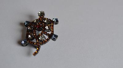 Brož s barevnými kameny - želva