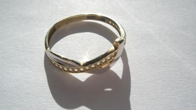 Zlatý dětský prstýnek s bílými kamínky