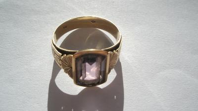 Zlatý prstýnek s fialovým kamínkem