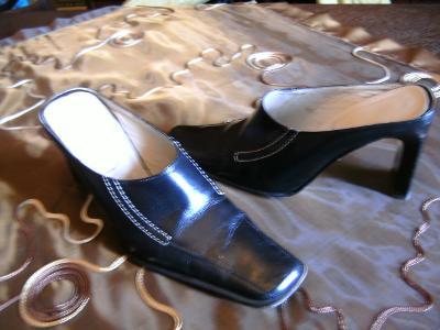 Černé kožené pantofle / nazouváky, vel. 37