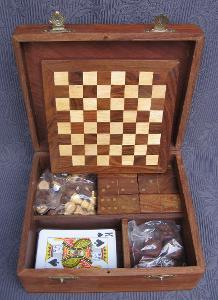 Truhlička společenských her, teak dřevo + mosaz, původní cena 1899 Kč