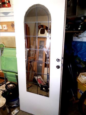 bílé dveře s dekorací zrcadla