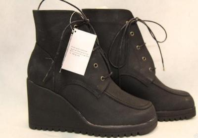 Nové kotníkové boty vel 39 na klínku s vlnitou podrážkou
