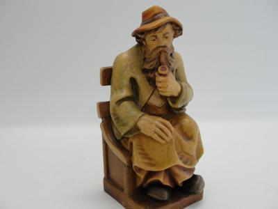 Stará, dřevěná vyřezávaná socha, muž s fajfkou