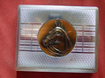 Tabatěrka s plastickým koňským reliéfem, nádherný stav, možná nepoužív