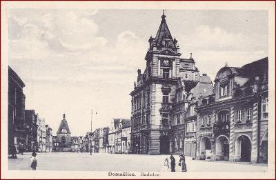 Domažlice * lidé, obchody, radnice, část náměstí * M747
