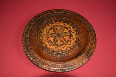 dřevěný nástěnný talíř, intarzovaný - měd