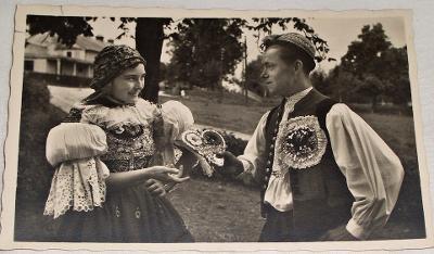 Moravské národní kroje - Děvče v kroji uherskobrodském a šohaj