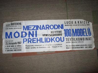 STARÝ PLAKÁT 100X35 CM / MÓDNÍ PŘEHLÍDKA 1967 UVÁDĚLA ŠUSTEROVÁ