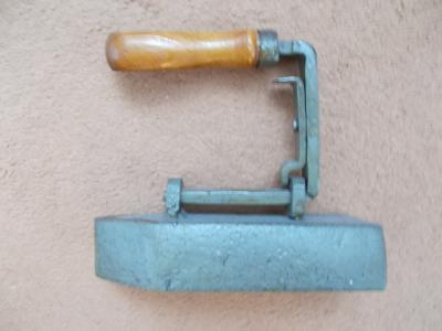 Kov starožitný unikát železo žehlička značená dřevěné madlo odděliteln