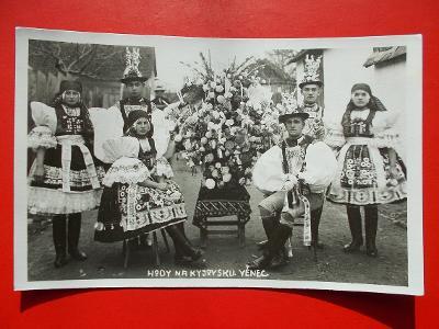 Hodonín Kyjov Gaya kroj Hody věnec slavnost žena muž  sbírkový kus
