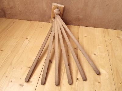 Starý dřevěný nástěnný výklopný sušák 40.-50. léta