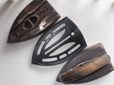 Kov starožitný unikát železo žehlička náhradní sada stojan zdobený