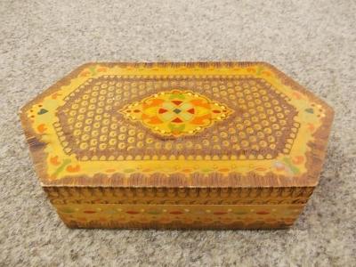 Stará dřevěná krabička šperkovnice?