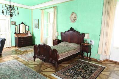 Zámecká zrcadlová ložnice v rokokovém stylu z 19. století