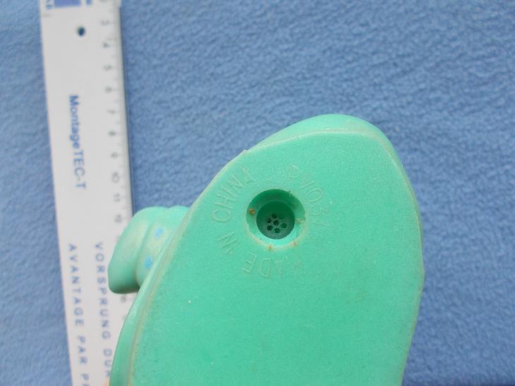 Stará gumová pískací hračka Kačenka v kšiltovce. - Starožitnosti