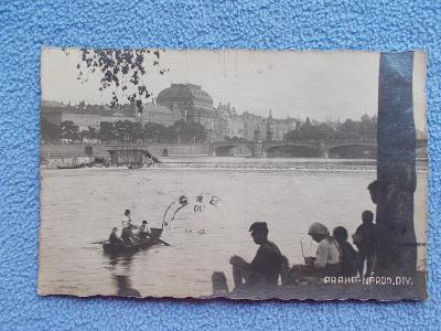 Praha Romatický záběr přes Vltavu na Národní divadlo pramice veslice