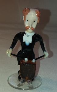 Skleněna figurka hudebníka. č.2