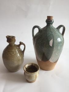 2 x Dekorativní, Glazovaná Keramika -  Demižonek + nálevka a Butilka