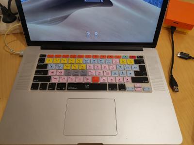 Apple macbook 15 silikonová klávesnice na klávesnici