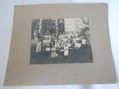 fotka na kartonu II. třída -  dívky před školou 15x12 cm