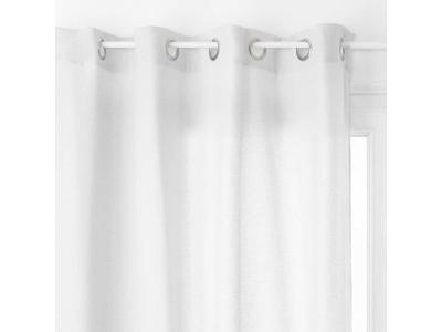 Závěs sněhobílé barvy, krásná okenní dekorace