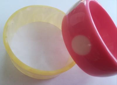 dva retro ala' perleť & růžový náramek plast