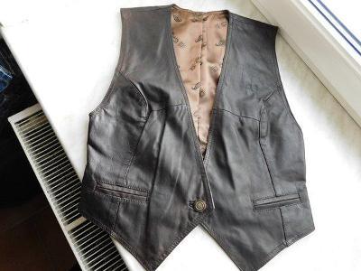 Pěkná hnědá kožená vesta,  přes prsa 92 cm