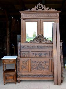 Starožitná vyřezávaná dubová ložnice - postel, stolek, skřín