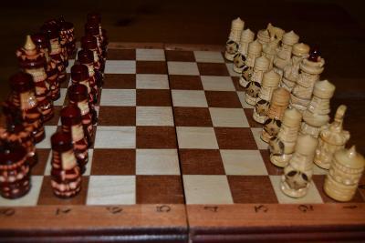 Dřevěné vyřezávané šachy  - vikingové
