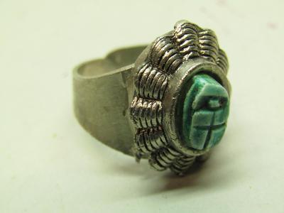 Starožitný kovový prsten s kamenem