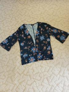 Krásný svetr, delší, s dlouhými rukávy a květinovým vzorem, k legínám!
