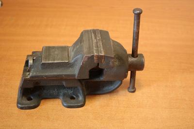Menší  železný svěrák