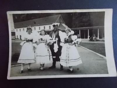 Zlín Gottwaldov Luhačovice lázně foto pohled promenáda kroje žena muž