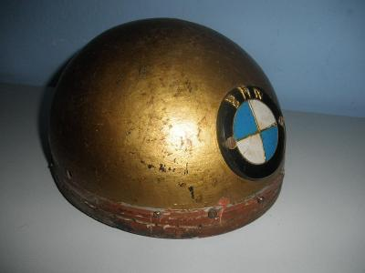 STAROŽITNÁ MOTO HELMA s dodaným dobovým znakem BMW