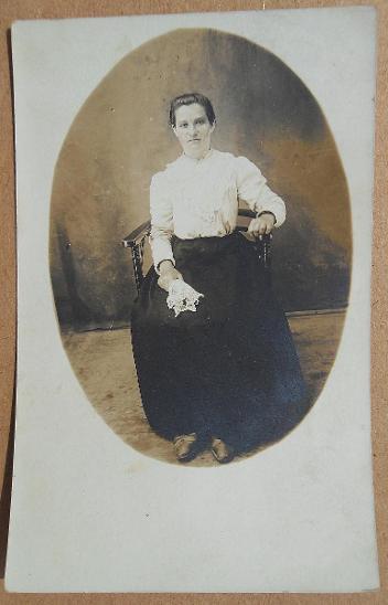 Fotopohlednice - žena v křesle (MF prošlá asi 1910)