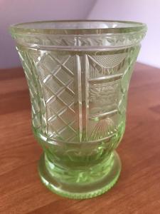 Biedermeier sklenice, uranové sklo s rytinou hlavy andílka, cca 1840,