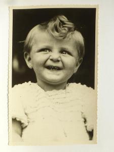 dítě s lokýnkou