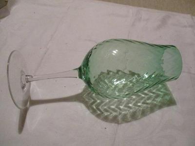krásná velká sklenice,číše,pohár zelený