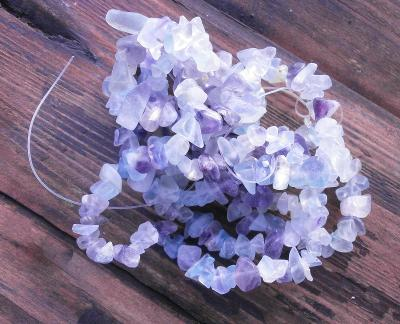 Korálky - Fluorit - zlomky minerálů šnůra 90 cm