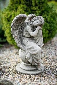 Betonový anděl - zahradní dekorace