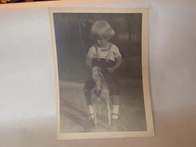 Starožitná fotografie dítěte na jezdícím koni