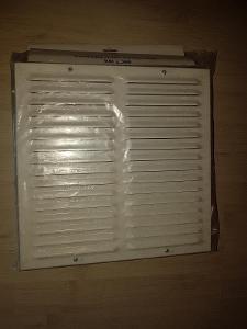 průvětrník stavební 300x300mm hliníkový bílá