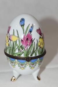 Nádherná malovaná porcelánová dóza ve tvaru vajíčka na nožkách