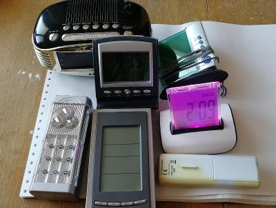 Hodiny, budík, meteostanice, radio - směs přístrojů