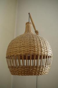 Krásné retro proutěné stínidlo na lampu