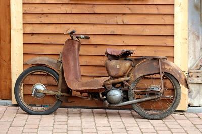 Stará motorka Aermacchi 1953 značka známá spoluprací s Harley Davidson