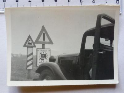 Stará fotografie železniční přejezd a značka pozort miny