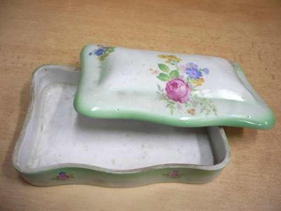 Stará zdobená porcelánová krabička s pokličkou (značeno)