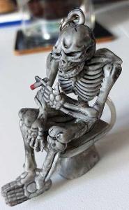 Přívěsek, klíčenka. Kouřící kostra na wc. 6x4cm